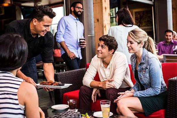 """Marketing do TGI Fridays tem utilizado tecnologia com Inteligência Artificial (IA), como bots e bartenders virtuais, e já movimentam 150 milhões de dólares """"fora"""" dos seus restaurantes!!!"""